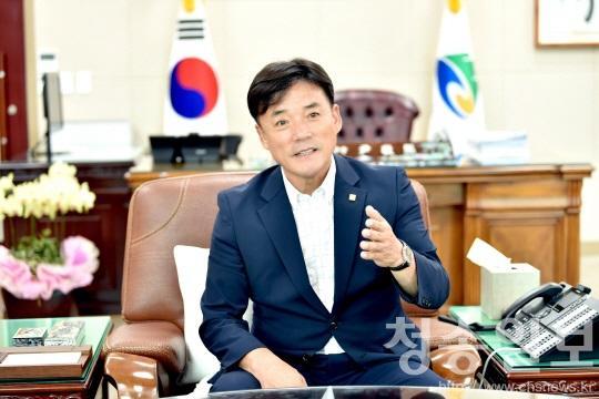 윤경희 청송군수집무모습.jpg